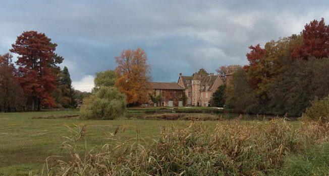Le beau château dans les couleurs de l'automne